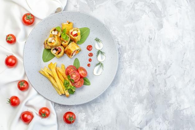 Draufsicht gemüsetortenrollen mit tomaten und pommes frites innerhalb platte auf weißer oberfläche