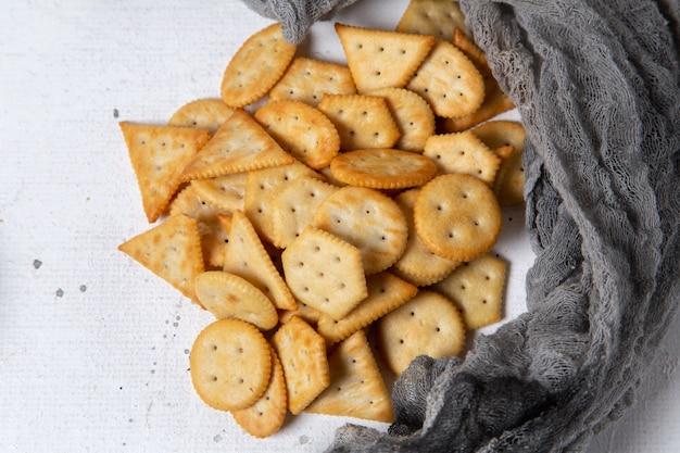 Draufsicht gesalzene cracker auf dem weißen hintergrundnahrungsmittel-knackknacker