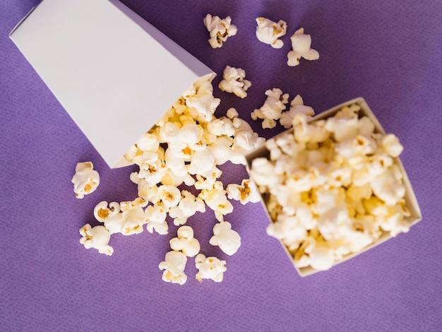 Draufsicht gesalzene popcornboxen auf dem tisch