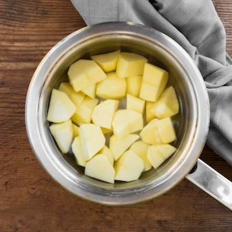 Draufsicht geschälte kartoffeln im wasser