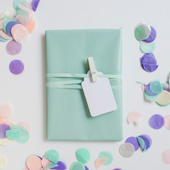 Draufsicht geschenkbox mit konfetti