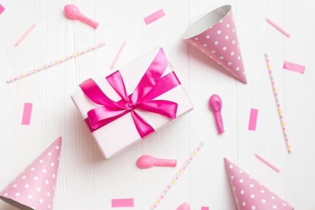 Draufsicht geschenkbox und party-elemente