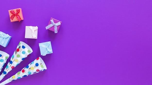 Draufsicht-geschenkboxen auf lila hintergrund