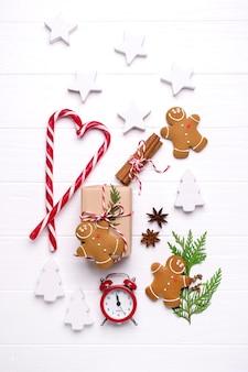 Draufsicht geschenkboxen und ornamente für weihnachten