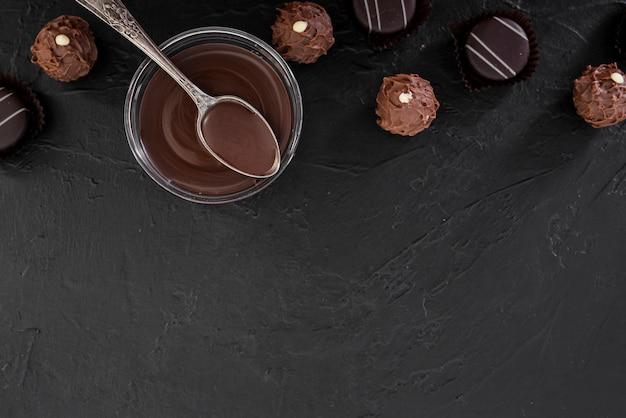 Draufsicht geschmolzene schokolade und süßigkeiten mit kopienraum