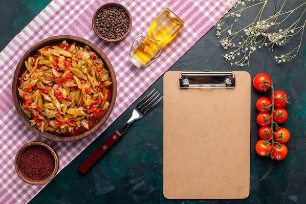 Draufsicht geschnittene gemüsemahlzeit köstliche bohnenmahlzeit auf blauem hintergrund