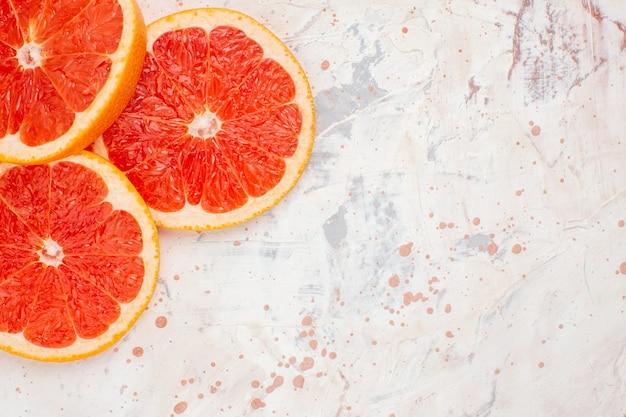 Draufsicht geschnittene grapefruits auf nacktem oberflächenfreiraum
