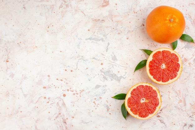 Draufsicht geschnittene grapefruits frische grapefruit auf nackter oberfläche mit freiem raum