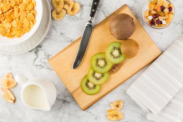 Draufsicht geschnittene kiwi mit joghurt und cornflakes