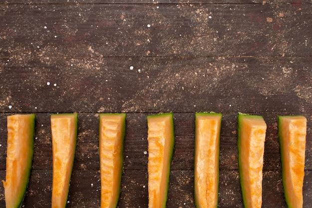 Draufsicht geschnittene melone grün und saftig auf braun gefüttert