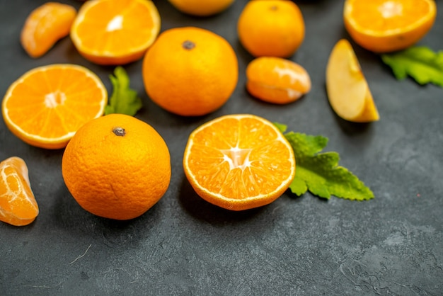 Draufsicht geschnittene orangen und mandarinen auf dunklem hintergrund