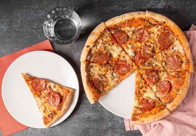 Draufsicht geschnittene peperoni-pizza