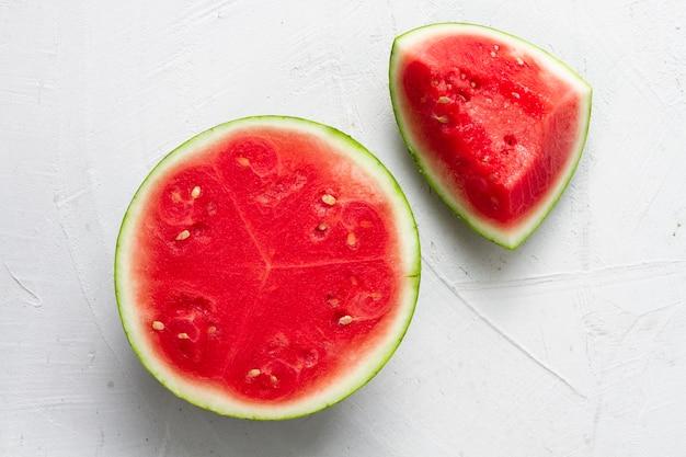 Draufsicht geschnittene wassermelone mit weißem hintergrund