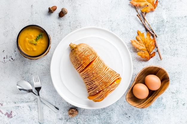 Draufsicht geschnittener gebackener kürbis und suppe