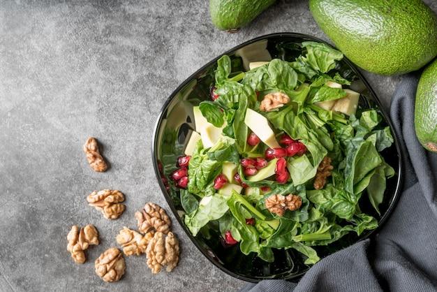 Draufsicht gesunder salat mit granatapfelkernen