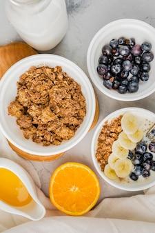 Draufsicht gesundes frühstück bereit serviert zu werden