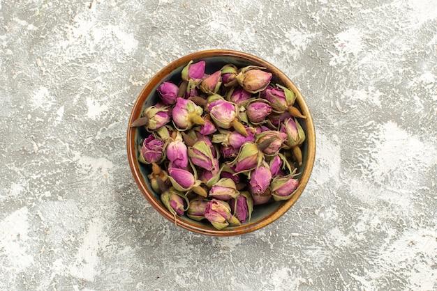 Draufsicht getrocknete lila blumen innerhalb platte auf weißem hintergrund blumenpflanzenbaum farbe