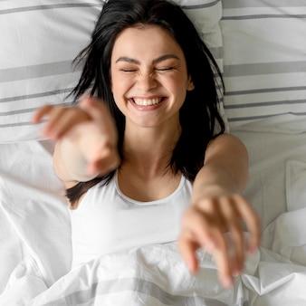 Draufsicht glückliche junge frau lächelnd