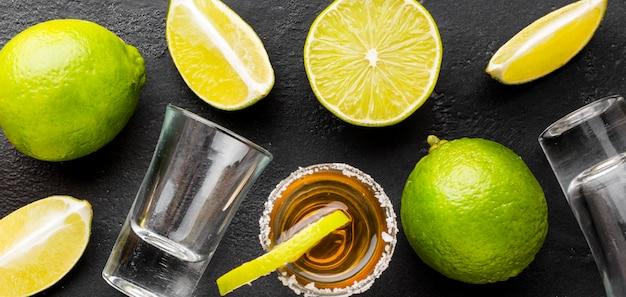 Draufsicht gold tequila schüsse und limette