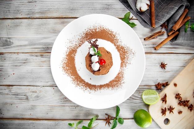 Draufsicht gourmet-dessertkuchen mit kakao bestreut