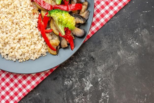 Draufsicht graupen mit leckerem gekochtem gemüse auf dem grauen tisch