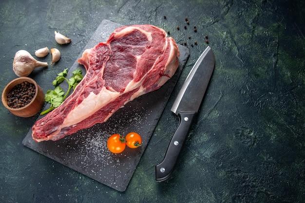 Draufsicht große fleischscheibe rohes fleisch mit pfeffer auf dunkler oberfläche