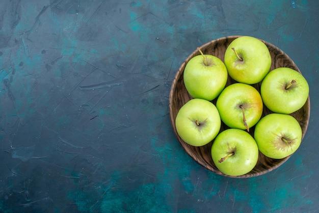 Draufsicht grüne äpfel frische weiche äpfel auf dunkelblauem schreibtisch