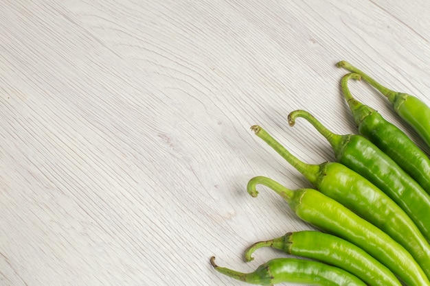 Draufsicht grüne würzige paprika auf weißem hintergrund