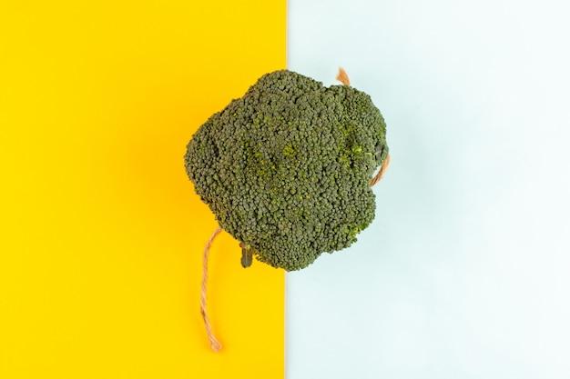 Draufsicht grüner brokkoli reif frisch isoliert auf dem farbigen schreibtisch