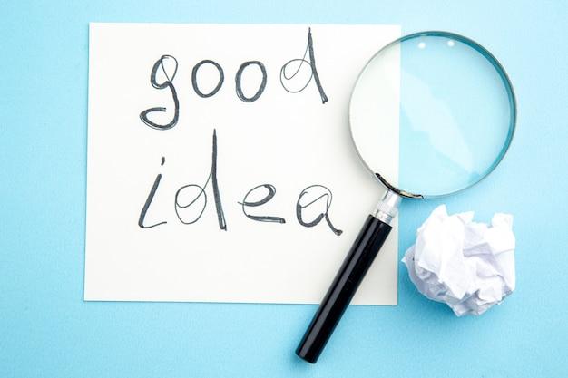 Draufsicht gute idee auf papier lupa auf tisch geschrieben