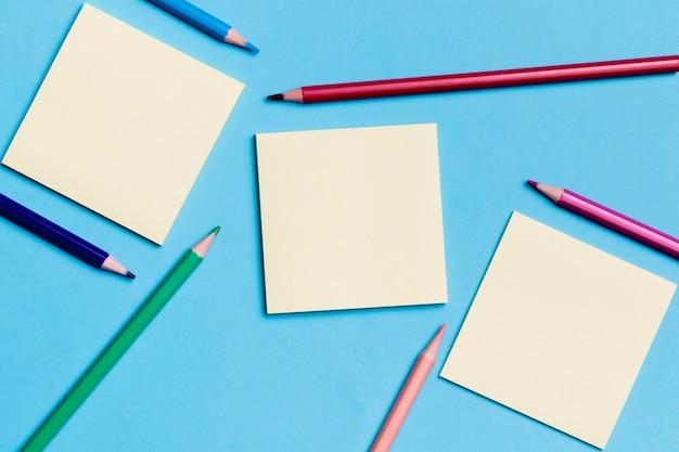 Draufsicht haftnotizen mit stiften auf dem schreibtisch