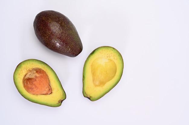 Draufsicht halbe avocado isoliert auf weißem hintergrund.