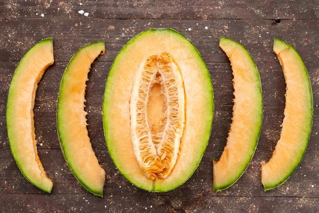 Draufsicht halbgeschnittene melonengrüne scheiben auf braun ausgekleidet