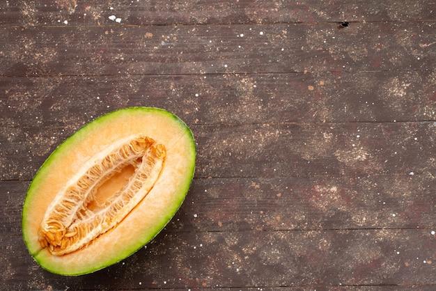 Draufsicht halbgeschnittenes melonengrün auf braun