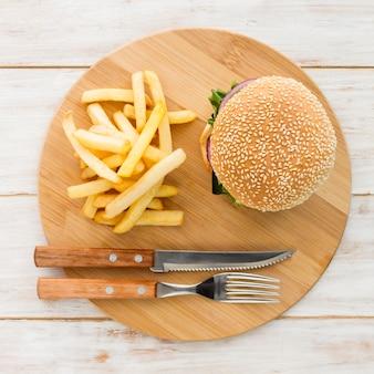 Draufsicht hamburger mit pommes