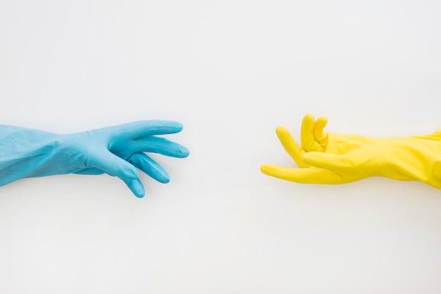 Draufsicht hand mit gummihandschuhen