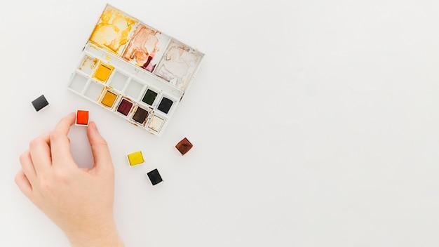 Draufsicht hand und aquarelle mit kopierraum