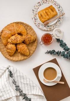 Draufsicht hausgemachte croissants mit kaffee