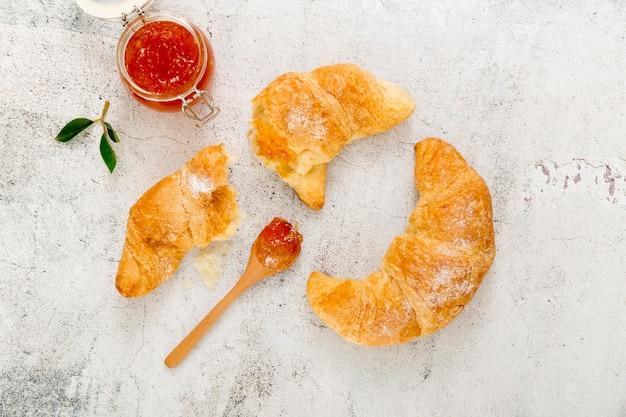 Draufsicht hausgemachte köstliche marmelade und croissants