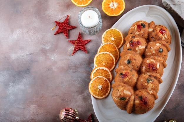 Draufsicht hausgemachter rum weihnachtstrockenfrucht-kuchen-pudding für familienfeier. serviert auf braunem zementtisch mit getrocknetem sunkist, platz für text, rezept oder werbung