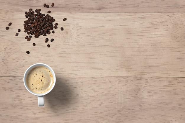 Draufsicht heißer kaffee-cappuccino mit bohnen isoliert
