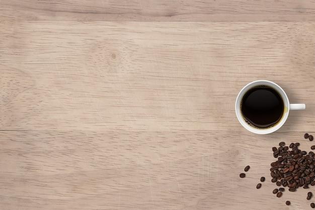 Draufsicht heißer schwarzer kaffee auf tassen und bohnen isoliert