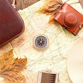 Draufsicht herbstreiseanordnung mit kompass