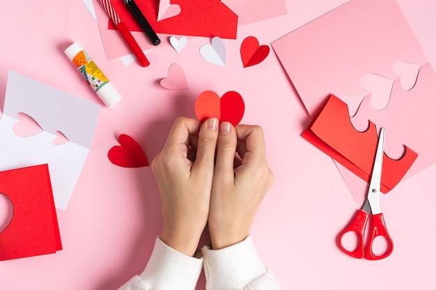 Draufsicht herstellung der handgemachten valentinsgrußkarte aus papier