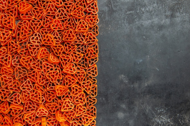 Draufsicht herzförmige italienische pasta auf dunklem tisch mit kopierraum