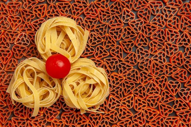 Draufsicht herzförmige italienische pasta tagliatelle kirschtomate kopie platz