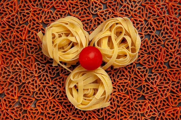 Draufsicht herzförmige italienische pasta tagliatelle kirschtomate