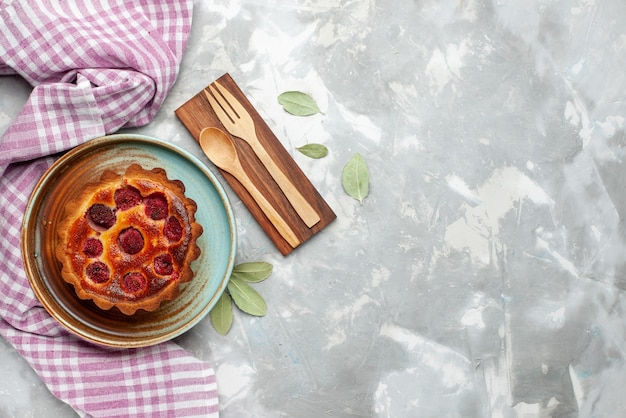 Draufsicht himbeerkuchen gebackene fruchtige torte auf der hellen hintergrundkuchen torte frucht backen farbe