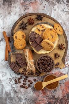 Draufsicht holz rustikale brett cookies schüssel mit gerösteten kaffeebohnen schokolade kakaoschale auf tisch
