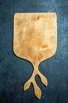 Draufsicht holzschreibtisch auf dunkelblauem hintergrund holzfarbschreibtischküche